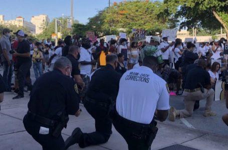 ဆန္ဒပြသူတွေရှေ့မှာ ဒူးထောက်ခဲ့ကြတဲ့ အမေရိကန်ရဲတွေ